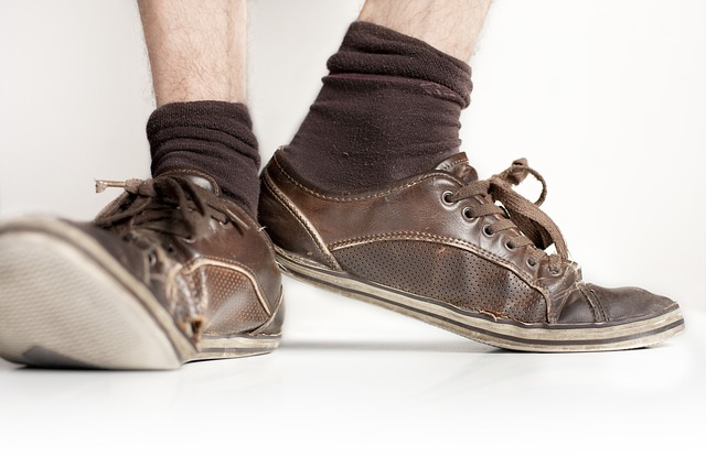 pánske staré hnedé topánky
