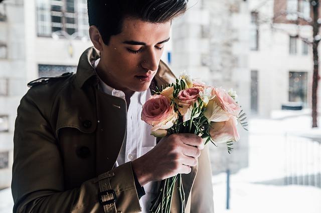 muž s kyticou kvetov