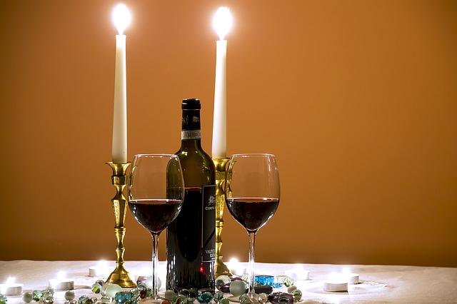 sviečky a víno na stole