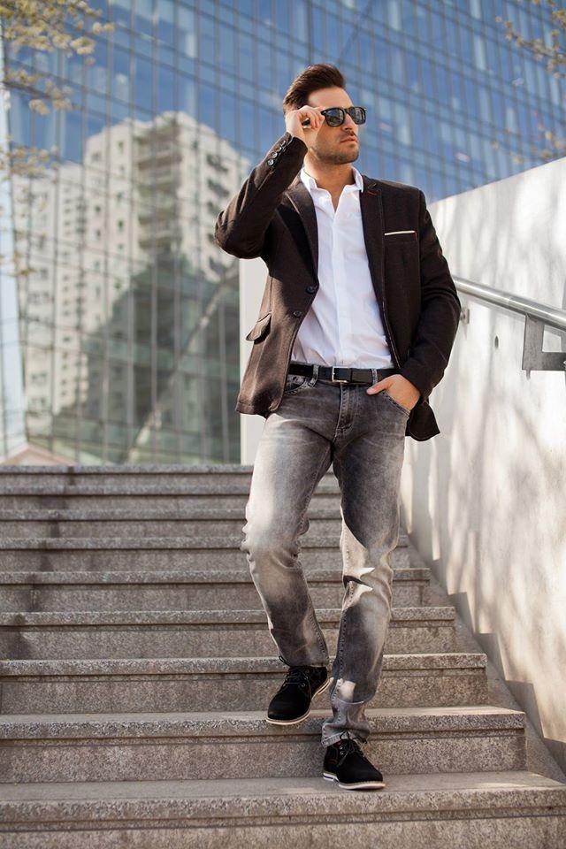 pánsky outfit v čiernom saku a sivých džínsoch