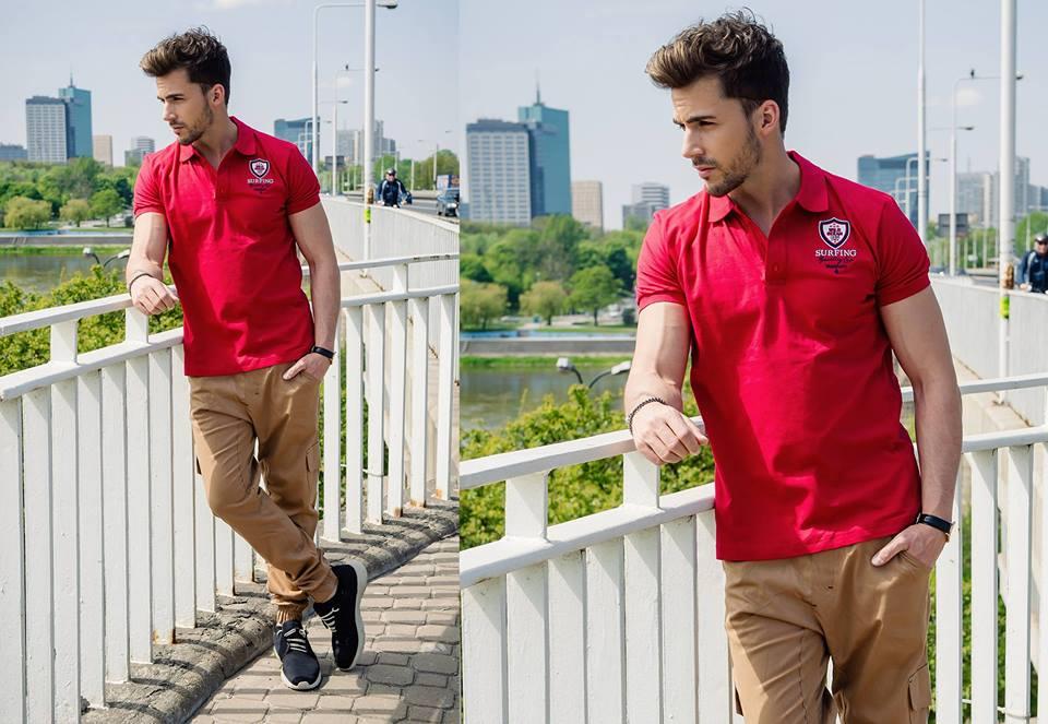 červená pánska polokošeľa a béžové nohavice